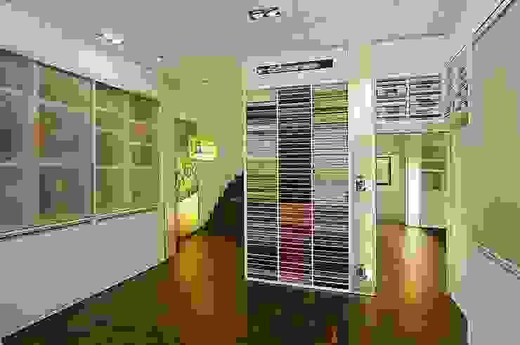 Eingangsbereich Moderne Geschäftsräume & Stores von schüller.innenarchitektur Modern Holz Holznachbildung