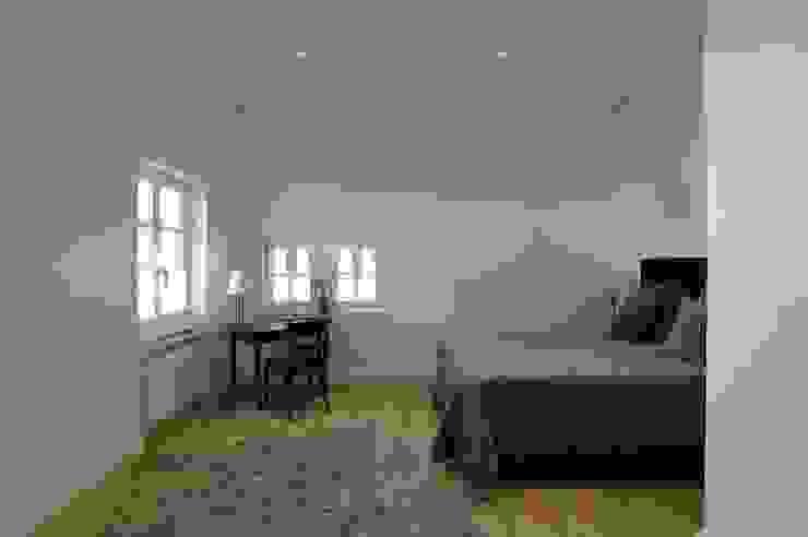 Schlafbereich Minimalistische Schlafzimmer von schüller.innenarchitektur Minimalistisch Holz Holznachbildung