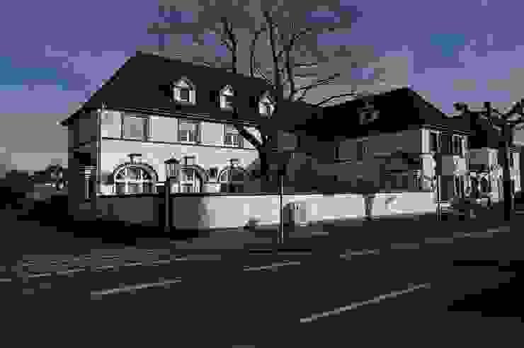 angrenzendes Gebäudeensemble von schüller.innenarchitektur Klassisch Ziegel