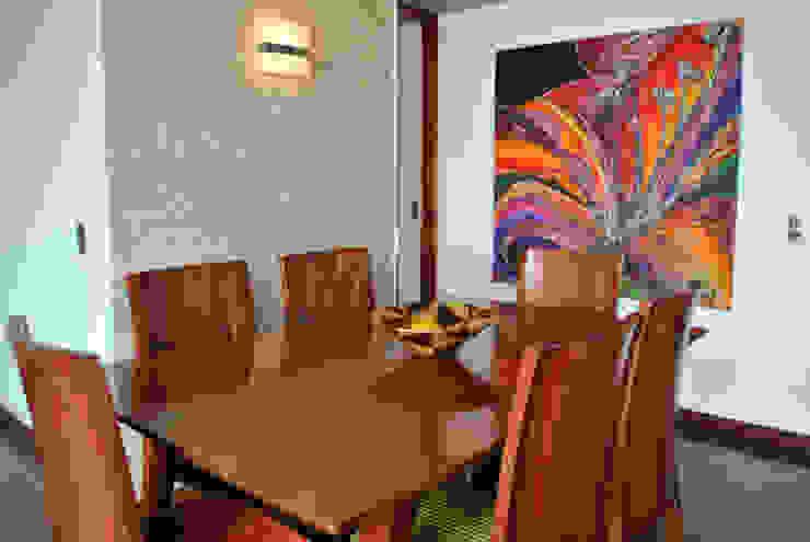 juego de mesa extensible y sillas de in Design & Craft Ecléctico