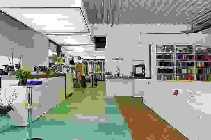 Werkstatt und Verkauf Moderne Geschäftsräume & Stores von schüller.innenarchitektur Modern Gummi
