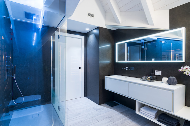 現代浴室設計點子、靈感&圖片 根據 ZEROPXL | Fotografia di interni e immobili 現代風