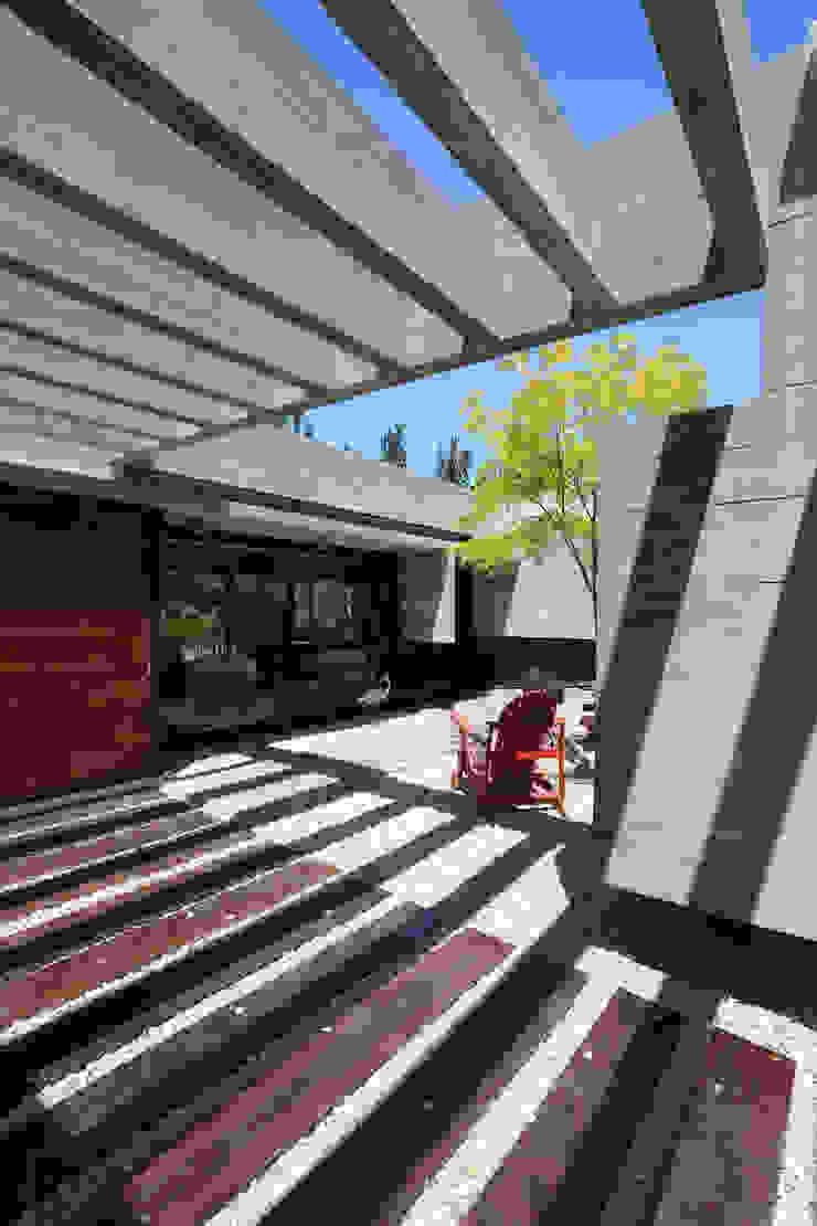 Pasillos, vestíbulos y escaleras de estilo minimalista de Besonías Almeida arquitectos Minimalista Concreto