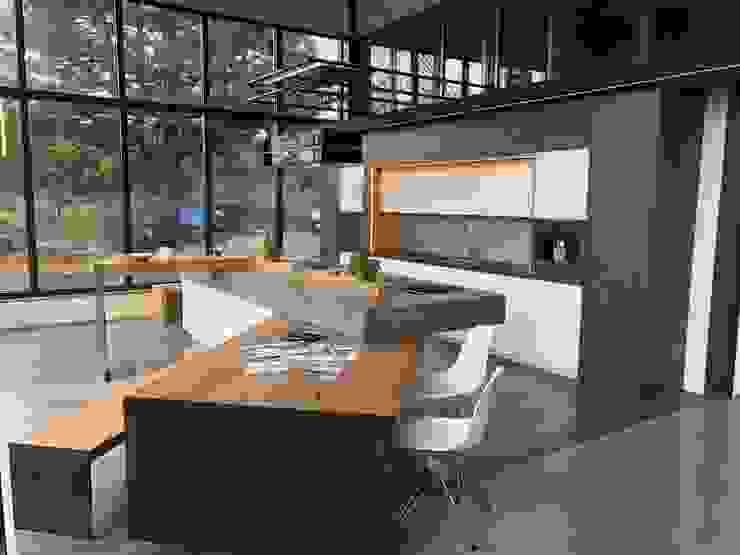 Küche im Industrie Loft Style mit Plattenüberhang und halb verschobenem Schwenktisch Ebbecke GmbH - excellent einrichten Industriale Küchen Holz-Kunststoff-Verbund Weiß