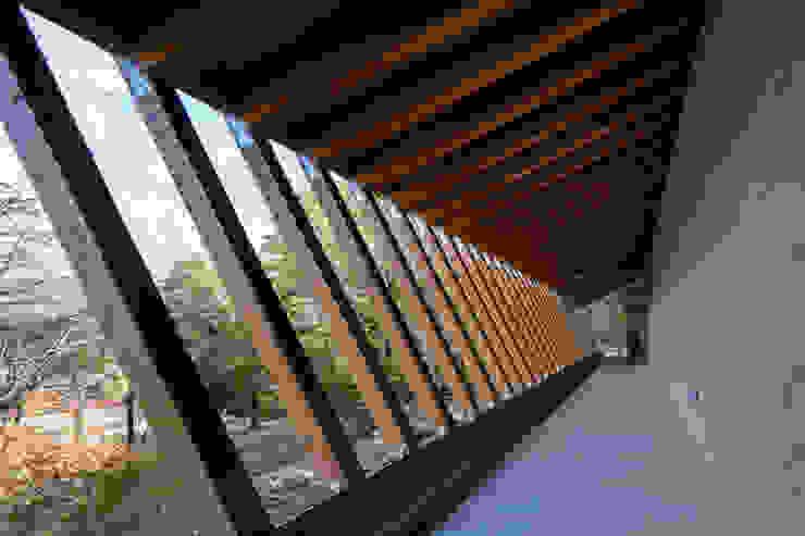Couloir, entrée, escaliers modernes par Mアーキテクツ|高級邸宅 豪邸 注文住宅 別荘建築 LUXURY HOUSES | M-architects Moderne Bois Effet bois