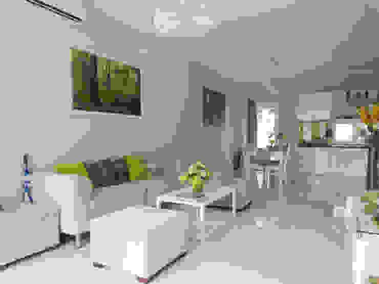 KTS đã lựa chọn màu sơn trắng làm chủ đạo. Phòng khách phong cách châu Á bởi Công ty TNHH TK XD Song Phát Châu Á Đồng / Đồng / Đồng thau