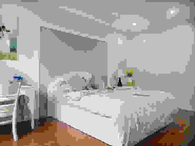 Phòng ngủ của hai vợ chồng vẫn sử dụng tông màu trắng chủ đạo. Phòng ngủ phong cách châu Á bởi Công ty TNHH TK XD Song Phát Châu Á Đồng / Đồng / Đồng thau