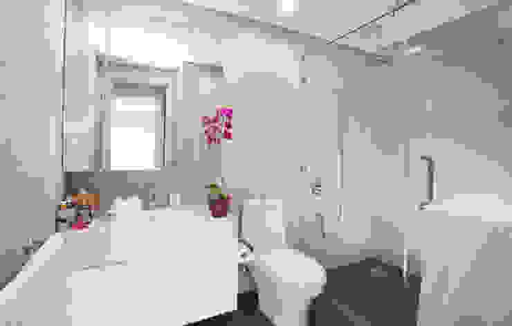 Phòng vệ sinh được bố trí chung nhằm đảm bảo tính riêng tư. Phòng tắm phong cách châu Á bởi Công ty TNHH TK XD Song Phát Châu Á Đồng / Đồng / Đồng thau