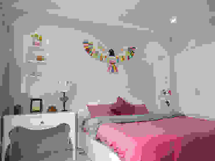 Sắc tím than tô điểm cho tường phòng, thể hiện sự nữ tính cho căn phòng. Phòng ngủ phong cách châu Á bởi Công ty TNHH TK XD Song Phát Châu Á Đồng / Đồng / Đồng thau