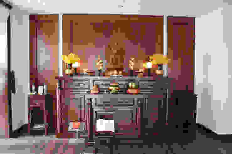 Phòng thờ được ốp gỗ toàn bộ đem đến không khí trang nghiêm. bởi Công ty TNHH TK XD Song Phát Châu Á Đồng / Đồng / Đồng thau