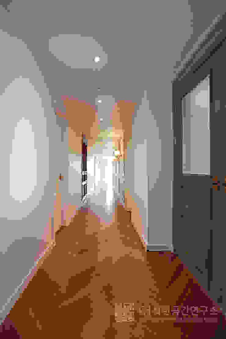 주식회사 착한공간연구소 Corredores, halls e escadas escandinavos Madeira Multi colorido
