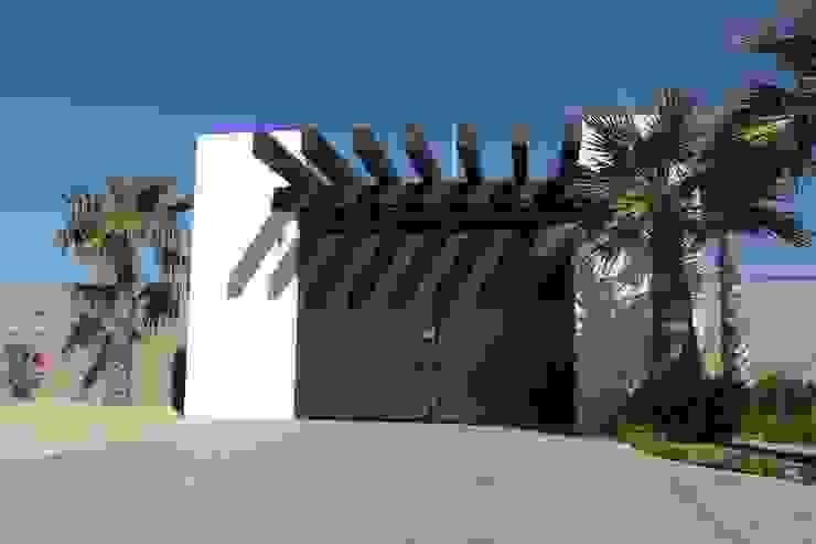 ACCESO Puertas de estilo minimalista de Acrópolis Arquitectura Minimalista