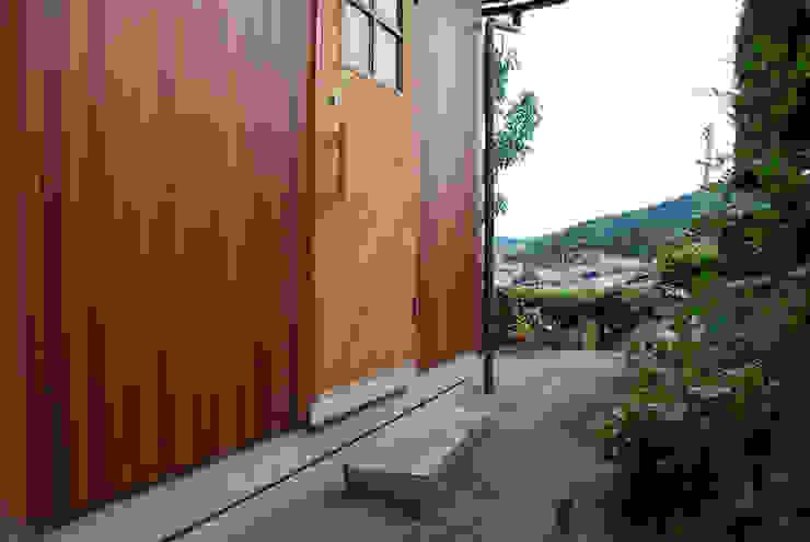 現代風玄關、走廊與階梯 根據 丸菱建築計画事務所 MALUBISHI ARCHITECTS 現代風