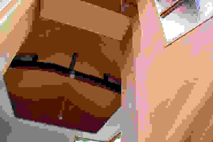 現代風玄關、走廊與階梯 根據 丸菱建築計画事務所 MALUBISHI ARCHITECTS 現代風 木頭 Wood effect