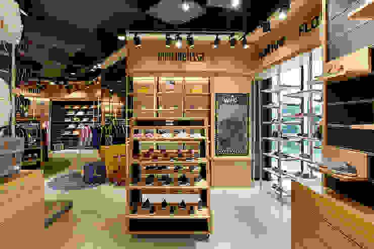 Wilio Kids Sportwear Ruang Komersial Gaya Industrial Oleh High Street Industrial Kayu Wood effect