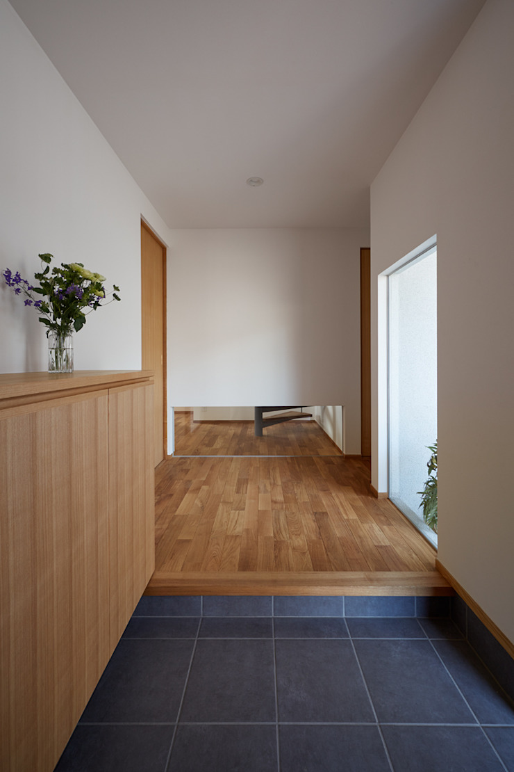 toki Architect design office Modern Corridor, Hallway and Staircase Wood Multicolored