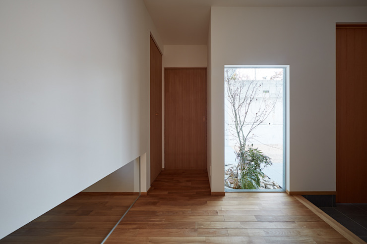 高台に建つ家 toki Architect design office モダンな 窓&ドア 木 多色