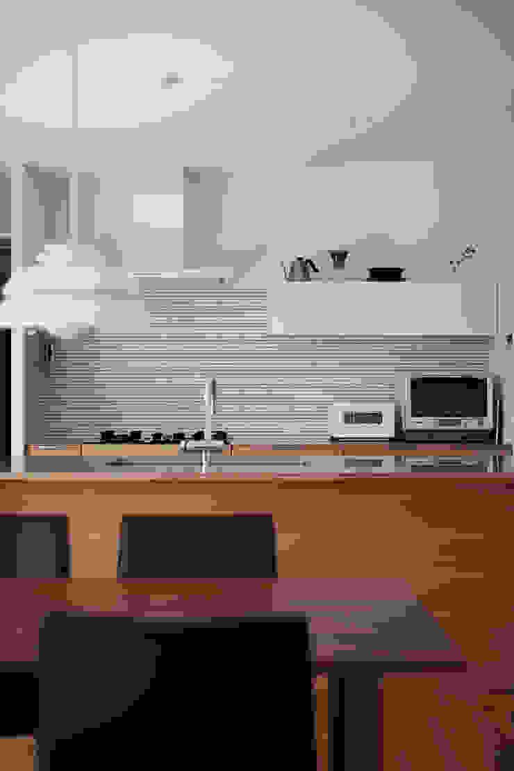 toki Architect design office Modern Kitchen Tiles White