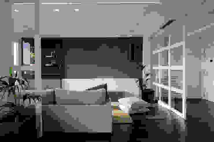现代客厅設計點子、靈感 & 圖片 根據 torradoarquitectura 現代風