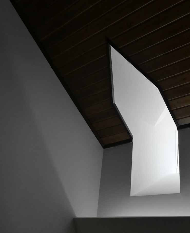Pedro de Almeida Carvalho, Arquitecto, Lda Classic style windows & doors Wood White