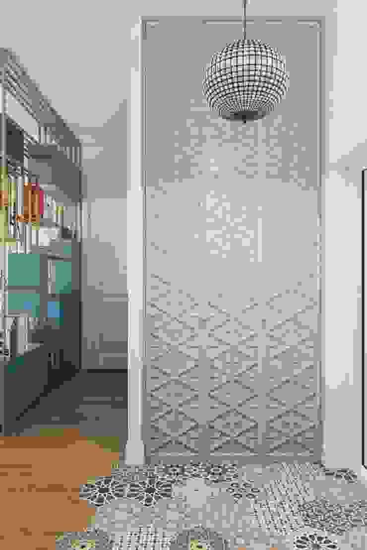 Pasillos, vestíbulos y escaleras de estilo escandinavo de Дизайн студия Алёны Чекалиной Escandinavo