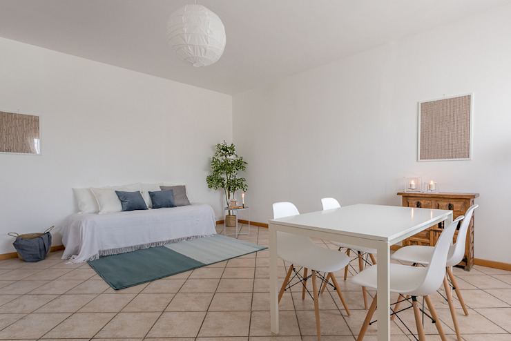 Habitat Home Staging & Photography ห้องนั่งเล่นโซฟาและเก้าอี้นวม White