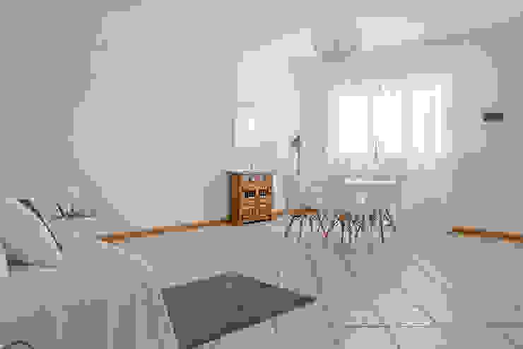 Habitat Home Staging & Photography ห้องนั่งเล่นเก้าอี้และเก้าอี้สูง White