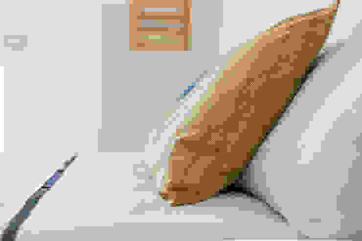 Habitat Home Staging & Photography ห้องนอนของแต่งห้องนอนและอุปกรณ์จิปาถะ Amber/Gold