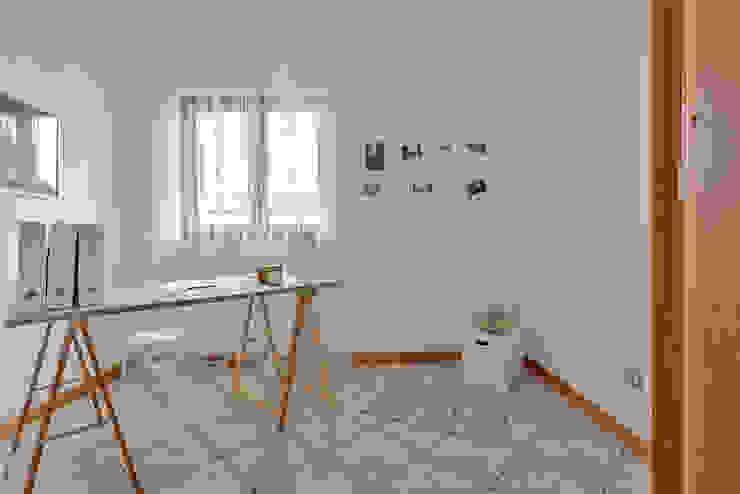 Habitat Home Staging & Photography ห้องอ่านหนังสือและห้องทำงานโต๊ะทำงาน Beige