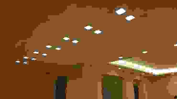 Sfaccettature di luce Co.Ge.I. Costruzione e Gestione Impianti Ingresso, Corridoio & Scale in stile moderno