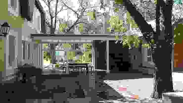 CASA DE CAMPO Estudio Dillon Terzaghi Arquitectura - Pilar Jardines de invierno clásicos Ladrillos Amarillo