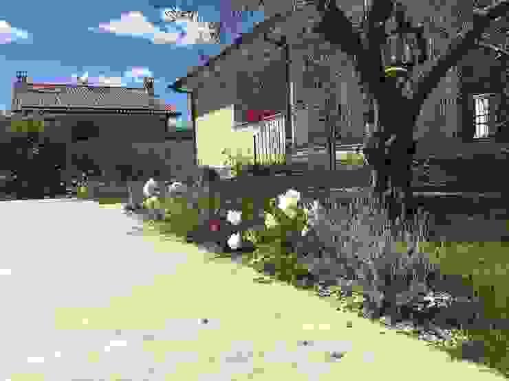 Eleganza in giardino: Giardino in stile  di Au dehors Studio. Architettura del Paesaggio, Mediterraneo