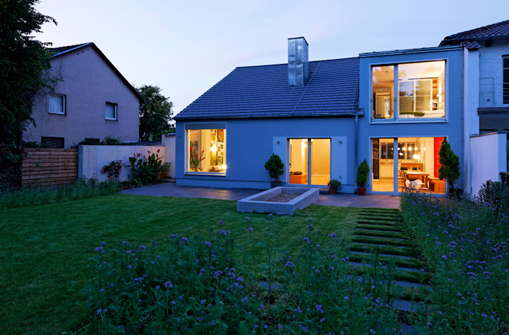 Blick vom Garten zur blauen Stunde von Grotegut Architekten Modern