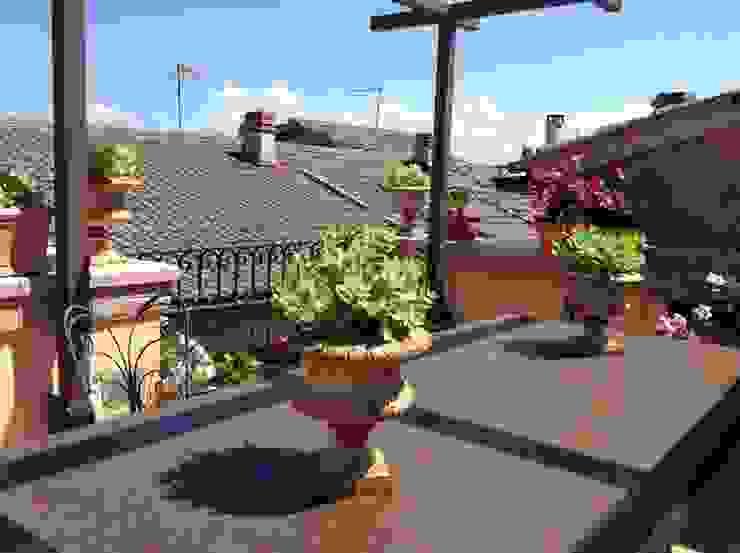 Dettagli di una casa di campagna Balcone, Veranda & Terrazza in stile rustico di Au dehors Studio. Architettura del Paesaggio Rustico
