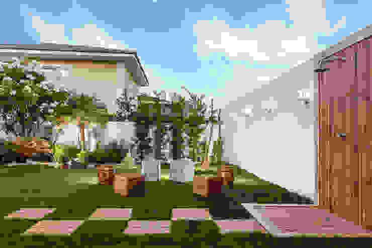 Área de Lazer - Vilas do Atlântico Jardins rústicos por DUE Projetos e Design Rústico Pedra