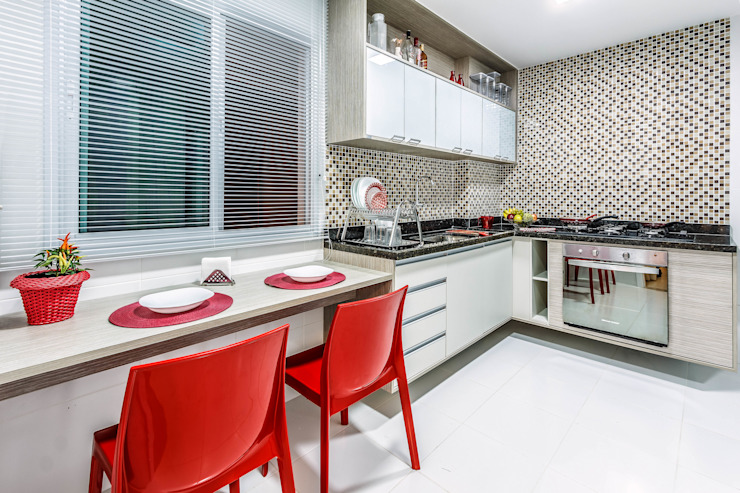 Modern kitchen by DUE Projetos e Design Modern Ceramic