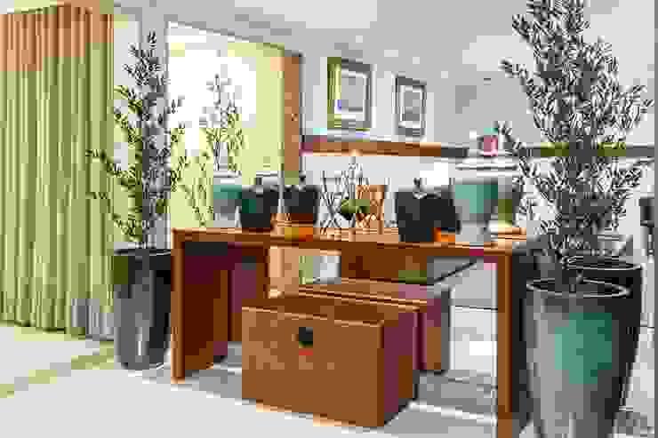 DUE Projetos e Design Modern corridor, hallway & stairs Wood Brown