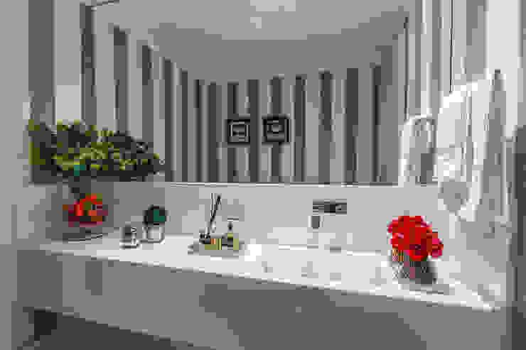 DUE Projetos e Design Minimalist style bathroom Granite Grey