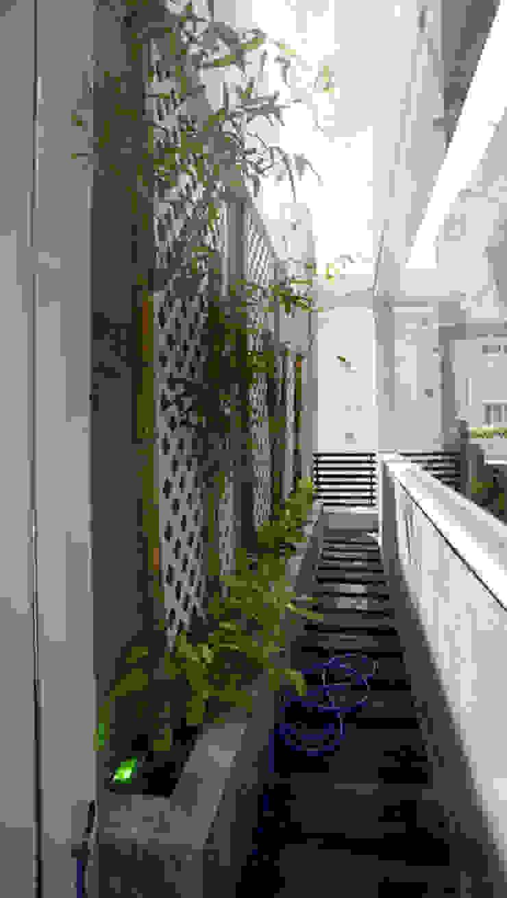 Pasillos, vestíbulos y escaleras de estilo asiático de Công ty TNHH TK XD Song Phát Asiático Cobre/Bronce/Latón
