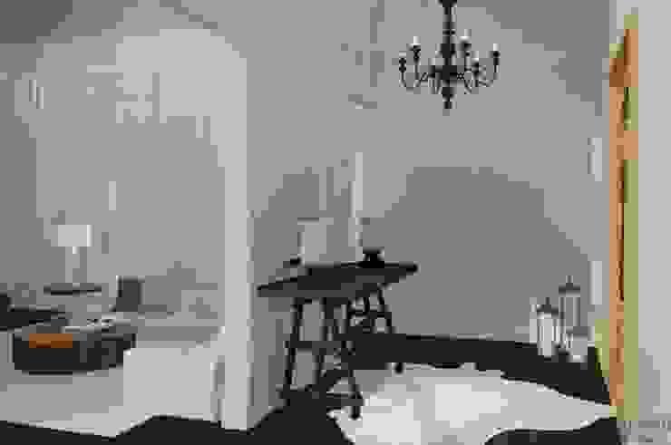 Hall de entrada imponente Daniela Ponsoni Arquitetura Corredores, halls e escadas clássicos