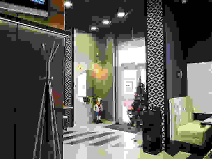 Галина Глебова Minimalist corridor, hallway & stairs Black