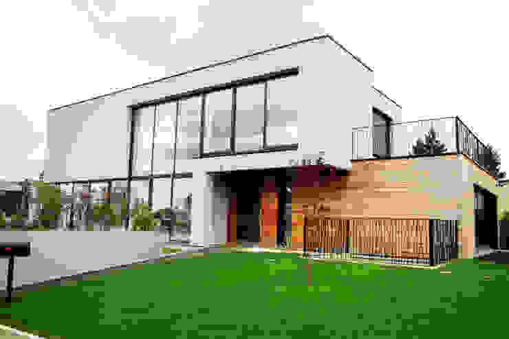 EC-Bois | Villa Carré | Bussy-Saint-Georges: Chalets & maisons en bois de style  par EC-BOIS, Moderne Bois d'ingénierie Transparent