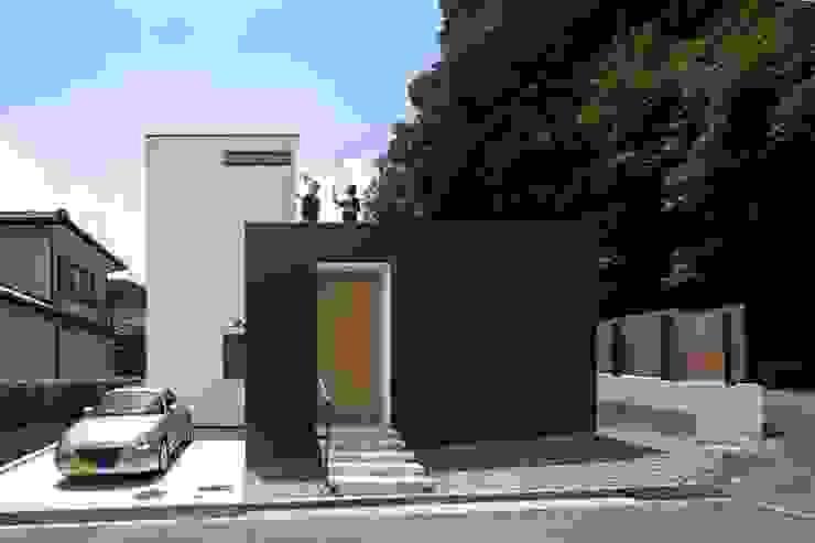 小さな中庭と大きな縁側 山本嘉寛建築設計事務所 YYAA 一戸建て住宅 木 黒色