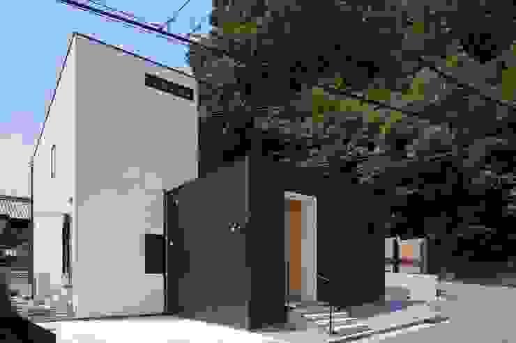 小さな中庭と大きな縁側 山本嘉寛建築設計事務所 YYAA ミニマルな 家 木 黒色