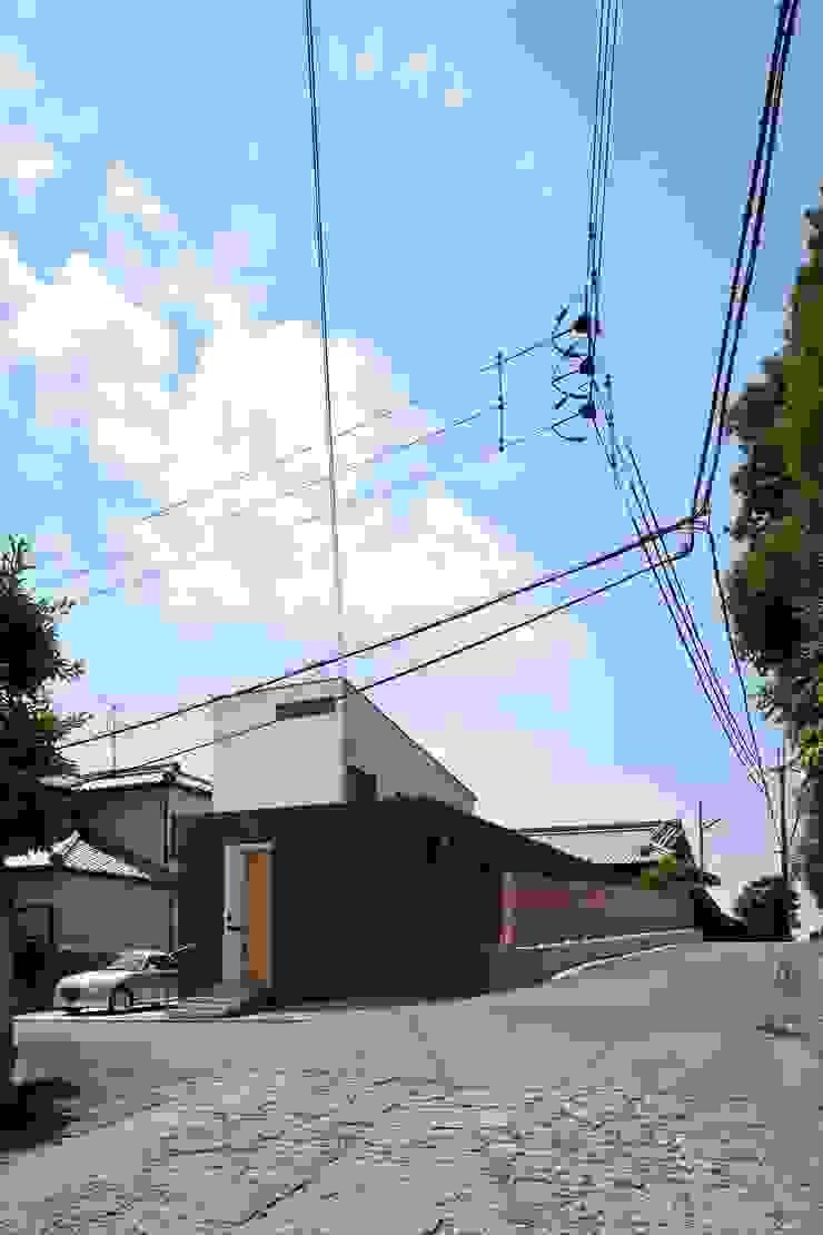小さな中庭と大きな縁側 山本嘉寛建築設計事務所 YYAA モダンな 家 木 黒色