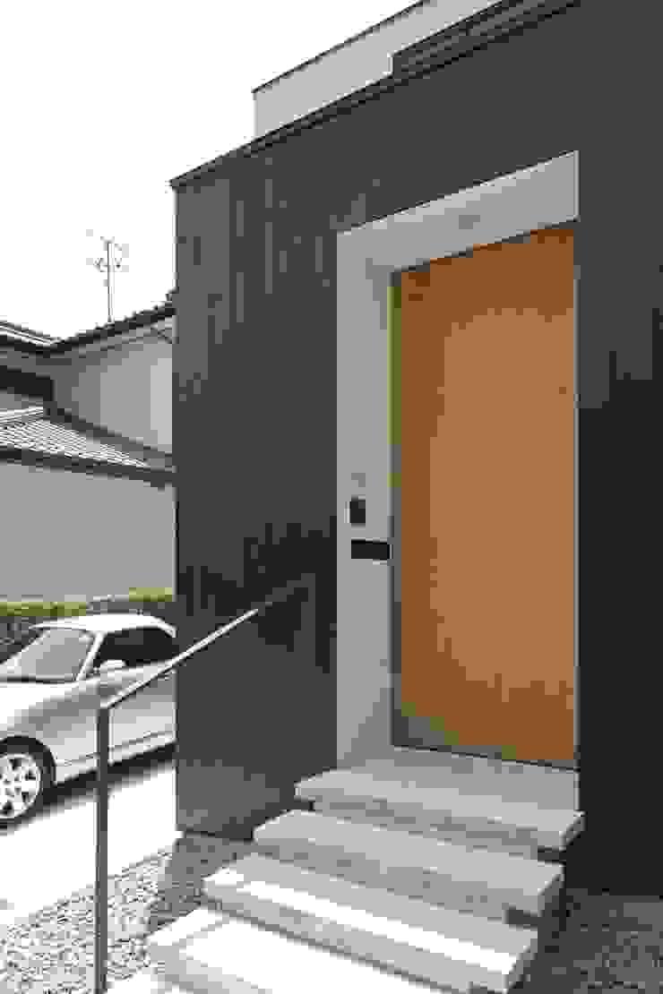 小さな中庭と大きな縁側 山本嘉寛建築設計事務所 YYAA ミニマルスタイルの 玄関&廊下&階段 木 ブラウン