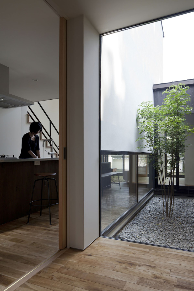 Nakaniwa-Engawa House 山本嘉寛建築設計事務所 YYAA 現代風玄關、走廊與階梯 木頭 Wood effect