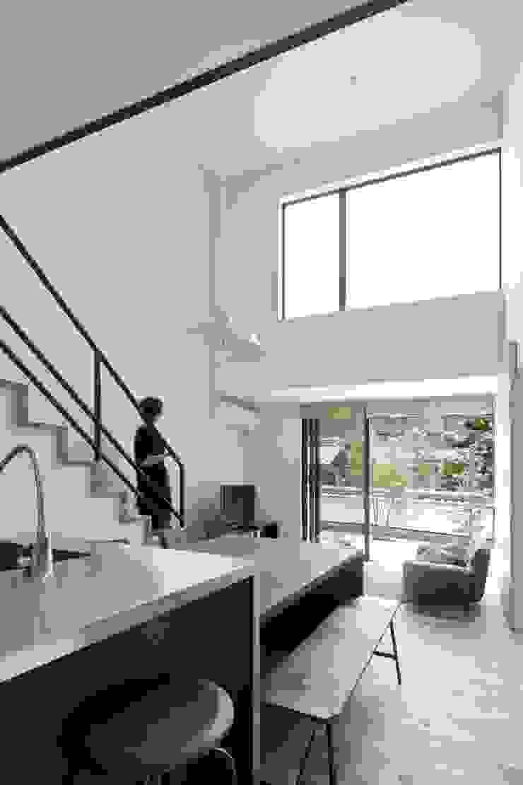 小さな中庭と大きな縁側 山本嘉寛建築設計事務所 YYAA 階段 木 木目調