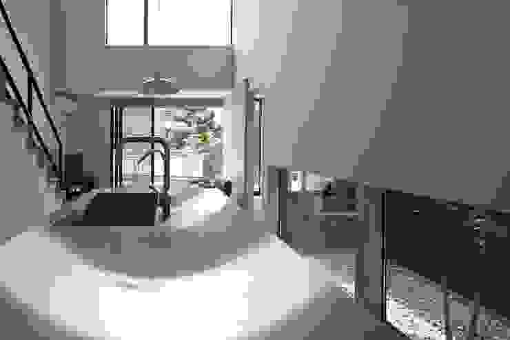 小さな中庭と大きな縁側 山本嘉寛建築設計事務所 YYAA モダンデザインの ダイニング 鉄/鋼 メタリック/シルバー