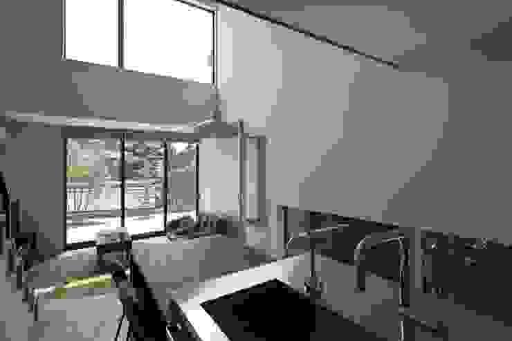 小さな中庭と大きな縁側 山本嘉寛建築設計事務所 YYAA モダンな キッチン 木 黒色